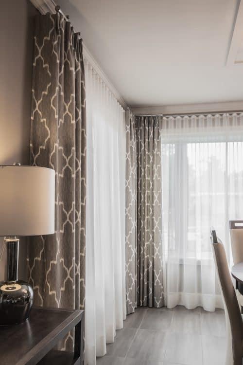 Rideaux à plis Euro et voilages ripple fold sur tringle décorative